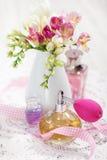 butelek kwiatów pachnidła rocznik Zdjęcia Royalty Free