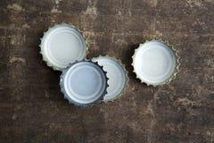 Butelek nakrętki na nieociosanym drewnianym tle Fotografia Royalty Free