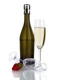 Buteljera av sparkling wine med exponeringsglas som isoleras på vit Royaltyfria Foton
