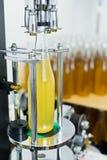 Buteljera fabriken - buteljera linje f?r ?l f?r att bearbeta och att buteljera ?l in i flaskor royaltyfri fotografi