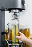 Buteljera fabriken - buteljera linje f?r ?l f?r att bearbeta och att buteljera ?l in i flaskor royaltyfri bild