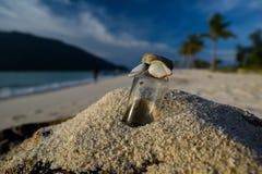 Buteljera i sanden Koh Lipe ö - Thailand Arkivfoto