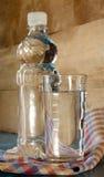 Buteljera, och exponeringsglas av bevattnar Royaltyfria Foton