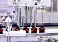Buteljera och förpacka av sterila medicinska produkter Maskin efter godkännande av sterila flytande Tillverkning av läkemedel La Arkivfoton