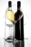 Buteljera rött och med vin och exponeringsglas III arkivbild