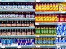 Buteljerade energidrinkar som säljs i en livsmedelsbutik fotografering för bildbyråer