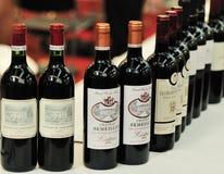 Buteljerade rött vin royaltyfria bilder