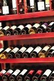 buteljerade rött vin på hylla royaltyfria bilder