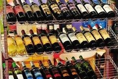 Buteljerade rött vin på hylla royaltyfri fotografi
