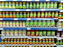 Buteljerade söta efterrätter som säljs i en livsmedelsbutik arkivbild