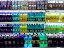 Buteljerade sodavatten och Softdrinks sålde i en livsmedelsbutik royaltyfri fotografi