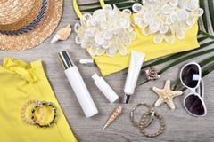 Buteljerar ansikts- skincareskydd för sommar, solskydd med tomma etikettskönhetsmedel behållaren royaltyfri foto