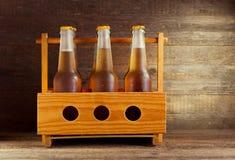 Buteljerar av öl arkivfoto