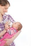 Buteljerat mjölkar använda för spädbarn för moder matande arkivbild