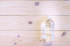 Buteljerat vatten på trätabellen, bästa sikt Lekmanna- lägenhet Helth och konditionbegrepp Royaltyfri Bild