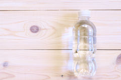 Buteljerat vatten på trätabellen, bästa sikt Lekmanna- lägenhet Helth och konditionbegrepp Arkivbilder