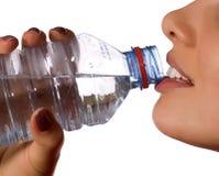 butelkę wody mineralnej młode dziewczyny Zdjęcia Royalty Free