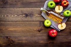 Butelka świeży cydr blisko jesieni jabłek Ciemna drewniana tło odgórnego widoku przestrzeń dla teksta obrazy royalty free