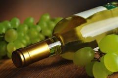 Butelka świetny włoski biały wino Obrazy Royalty Free