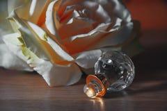 Butelka żeński pachnidło z kwiatami Obraz Stock