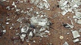 Butelka ajerówka spada podłoga z glassful i łamanym szkłem zdjęcie wideo