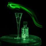 Butelka alkohol, szkło i lampas światło, Zdjęcie Stock