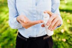 Butelka antibacterial antyseptyczny gel w ręce, używa na ulicie zdjęcia royalty free