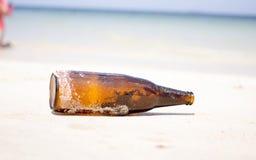 Butelka biała piasek plaża Zdjęcia Royalty Free