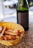 Butelka Biały wino Pinot Noir z chlebowymi kijami w koszu zdjęcie stock