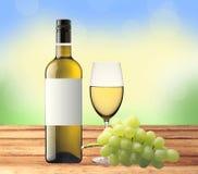 Butelka biały wino, szkło i zieleni winogrono na drewnianym stole, Fotografia Royalty Free