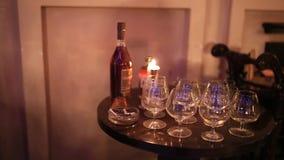 Butelka brandy i szkła w cygaro klubie zbiory wideo