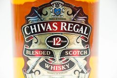 Butelka Chivas 12 roku Królewskiego whisky zdjęcia stock