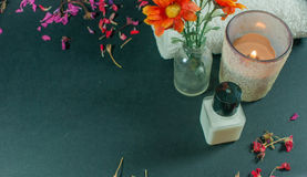 Butelka ciało płukanka z kwiatami, płatków kwiatami i ręcznikami, Zdjęcia Stock