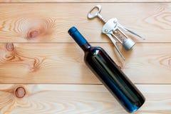butelka czerwone wino i corkscrew na drewnianych desek odgórnym widoku c Zdjęcie Stock
