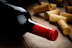 Butelka czerwone wino i korki Zdjęcia Royalty Free
