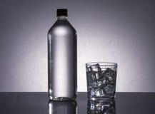 Butelka i szkło wypełniający z H2O Zdjęcia Stock