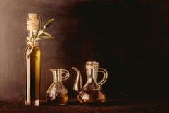 Butelka i szklani słoje ekstra dziewicza oliwka zdjęcia stock