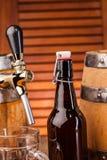 Butelka lekki piwo na stole Zdjęcie Royalty Free