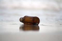 Butelka na plaży Obrazy Royalty Free