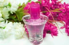 Butelka pachnidło i kwiaty obraz royalty free