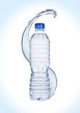 Butelka spokojna zdrowa woda z pluśnięciami Zdjęcia Royalty Free