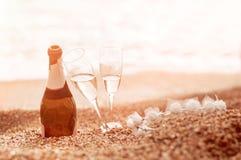 Butelka szampan, dwa szkła i diadem na piasku blisko t, obrazy royalty free