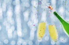 Butelka szampan z latającą kiścią i korkiem fotografia stock
