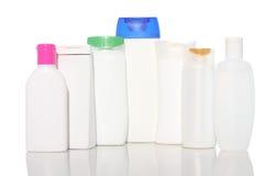 Butelka szampon jest więcej niż jeden typ i różnorodnymi kształtami na białym tle, Fotografia Royalty Free