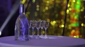 Butelka trunek na stole, butelka ajerówki i wina szkła na bufeta stole zdjęcie wideo
