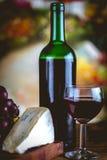 Butelka wino, Śródziemnomorski pojęcie, nastrojowy światło obrazy stock