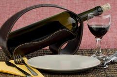 Butelka wino i stołowa usługa zdjęcia royalty free