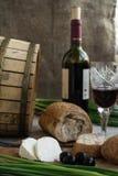 Butelka wino, oliwki, ser i chleb, jesteśmy na grabić Obraz Royalty Free