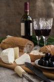 Butelka wino, oliwki, ser i chleb, jesteśmy na grabić Zdjęcia Stock