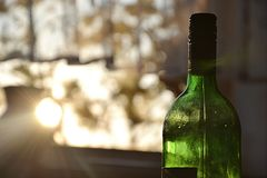 Butelka wino przy zmierzchem Zdjęcie Royalty Free